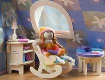 Puppe in einem Stuhl Lizenzfreies Stockfoto