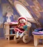 Puppe in einem Stuhl Lizenzfreie Stockbilder
