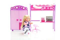 Puppe, Garderobe, Bett, Stuhl und Laptop Stockbilder