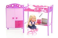 Puppe, Garderobe, Bett, Stuhl und Laptop Stockfoto