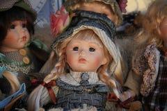 Puppe im blauen Kleid und im Hut stockbilder