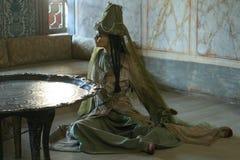 Puppe kleidete auf das Türkischen in einem Harem im Innenraum an lizenzfreies stockfoto