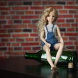 Puppe mit einer Flasche das Konzept von Alkoholismus Stockfotografie