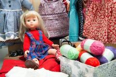 Puppe mit mehreren kleidet an Lizenzfreie Stockfotografie
