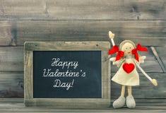 Puppe mit rotem Herzen Reizende Valentinsgruß-Tagesdekoration stockfotografie