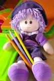 Puppe und Bleistifte lizenzfreie stockfotos