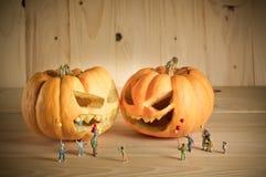 Puppe und Kürbis für Halloween Stockfotografie