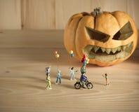 Puppe und Kürbis für Halloween Stockbild