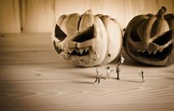 Puppe und Kürbis für Halloween mit Schwarzweiss-Ton Stockfotos