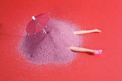 Puppe und rosa Sand Lizenzfreies Stockbild
