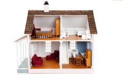 Puppehaus des Kindes mit Möbeln auf Weiß Stockfotografie