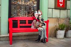 Puppen auf der Bank Stockbild