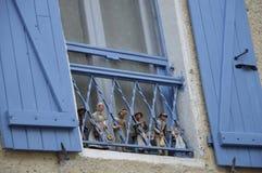 Puppen auf Fensterbrett Stockfotografie