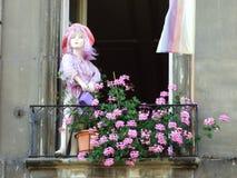 Puppen auf privaten Balkonen im Stadtzentrum von Bern lizenzfreie stockfotos