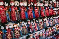 Puppen in den armenischen nationalen Kostümen Flohmarkt Vernissage Eriwan, Armenien lizenzfreie stockfotografie
