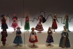 Puppen in der Kleidung der Frauen von verschiedenen Nationen stockfoto