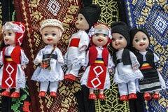 Puppen gekleidet in den traditionellen rumänischen Völkern costumes-1 lizenzfreie stockfotos