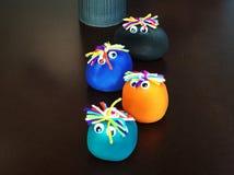Puppen hergestellt vom Lehm, mehrfarbiges Öl lizenzfreie stockfotografie
