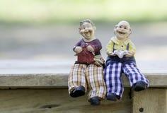 Puppen-Mann und Lesung und Stricken der alten Frau Stockfotos