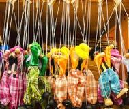 Puppen mit den Schnüren befestigt Stockfotos
