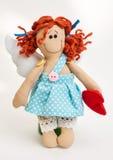 Puppenengel mit seinen Händen auf weißem Hintergrund Lizenzfreie Stockfotografie