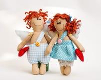 Puppenengel mit seinen Händen auf weißem Hintergrund Stockfotografie