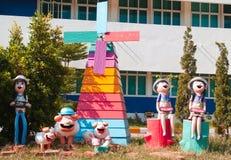 Puppenskulpturen im Garten Stockbilder