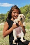 Puppy Labrador en glimlachend meisje royalty-vrije stock afbeelding