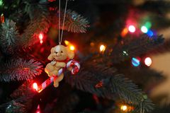 Puppy met suikergoedriet - Retro Kerstboomornament royalty-vrije stock foto's