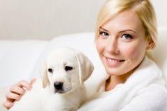 Puppy van de zitting van Labrador op de handen royalty-vrije stock afbeeldingen