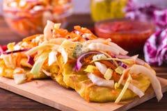 Pupuseria, pupusa - tortiglii della farina di mais con formaggio ed i fagioli Fotografie Stock