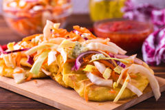 Pupuseria, pupusa - tortillas de la harina de maíz con queso y habas fotos de archivo