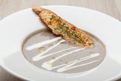 Purée vegetariano della minestra della crema del fungo con il formaggio al forno SL del pane Fotografia Stock Libera da Diritti