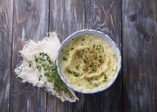 Purè del cavolfiore con olio d'oliva, le spezie ed il timo su una tavola di legno Fotografia Stock