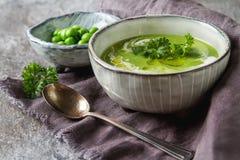 Purè della minestra di piselli in un vecchio piatto con la decorazione del prezzemolo Pietra SL Immagine Stock Libera da Diritti