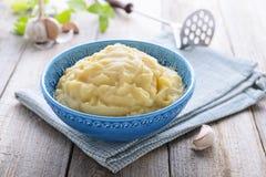 Purè di patate in ciotola blu Immagine Stock