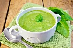 Puré da sopa com folhas dos espinafres a bordo fotografia de stock