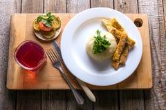 Puré de batata com bife triturado em uma tabela de madeira, compota de fruto Imagens de Stock