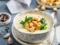 Puré de la sopa de la coliflor, espacio de la copia imagenes de archivo