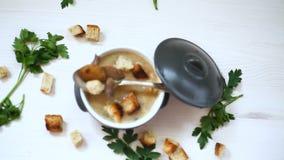 Puré de la sopa con las setas y los cuscurrones en un cuenco metrajes