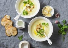 Puré för potatisblomkålsoppa på en grå bakgrund, bästa sikt sund vegetarian för mat arkivbilder