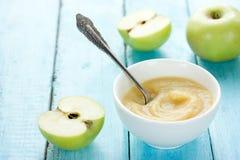 Puré orgánico sano de la manzana de la compota de manzanas, crema batida, alimentos para niños, sauc fotografía de archivo libre de regalías