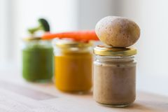 Puré vegetal ou comida para bebê nos frascos de vidro Foto de Stock Royalty Free