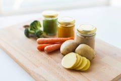 Puré vegetal ou comida para bebê nos frascos de vidro Fotografia de Stock Royalty Free