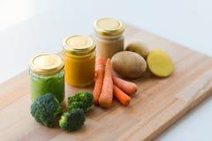 Puré vegetal ou comida para bebê nos frascos de vidro Imagem de Stock