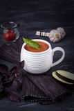 Puré vegetariano de la sopa con la berenjena, los tomates, el calabacín y el ajo en un fondo de madera oscuro Espacio libre Fotografía de archivo libre de regalías
