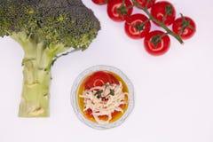 Puré vegetariano de la sopa del verde del bróculi con el tomate Foto de archivo libre de regalías