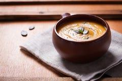 Purée crémeuse savoureuse faite maison de soupe à potiron dans une cuvette Photo stock