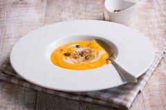 Purée crémeuse savoureuse faite maison de soupe à potiron dans une cuvette Image stock