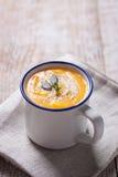 Purée crémeuse savoureuse faite maison de soupe à potiron dans une cuvette Images libres de droits